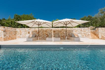 The beautiful swimming pool of the villa, with solarium from which you can enjoy a breathtaking view