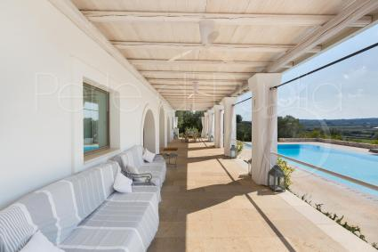 panoramic porch with view on the pool and on the countryside of Ostuni