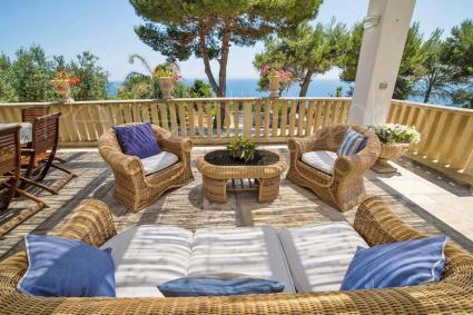 Il patio sul mare è ombreggiato e arredato con divanetti per il relax