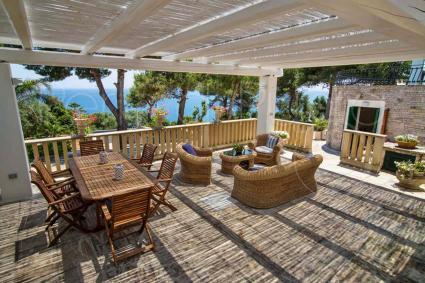 Il patio con vista sul mare, il luogo ideale per cenare e rilassarsi sotto le stelle
