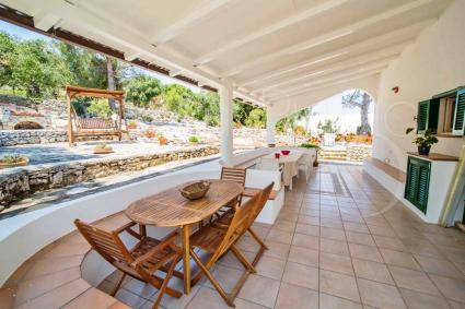 Grande e spaziosa è la veranda della villa vista mare