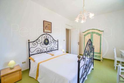 La camera matrimoniale 1, con un bel letto in ferro battuto