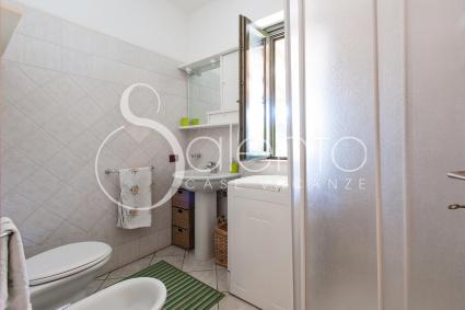 Il bagno doccia è attrezzato con lavatrice