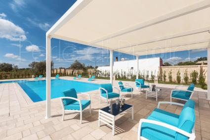 The blue color reigns supreme in the pool and in the relaxation area, from the sky to the villa