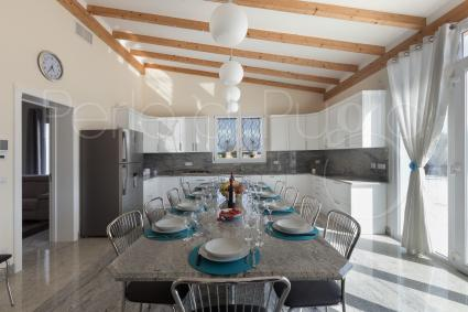 Large, bright and super-equipped is the kitchen with dining room for 10 people