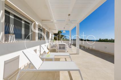 La terrazza è attrezzata con sala pranzo e sdraio per il solarium