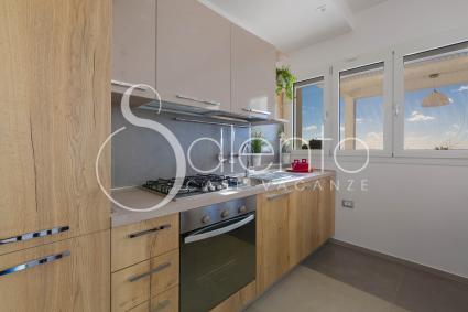 La cucina a vista è equipaggiata con forno elettrico e lavastoviglie