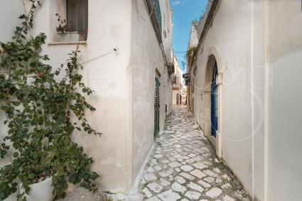 The holiday rental house in the historic center is located in a very picturesque alley