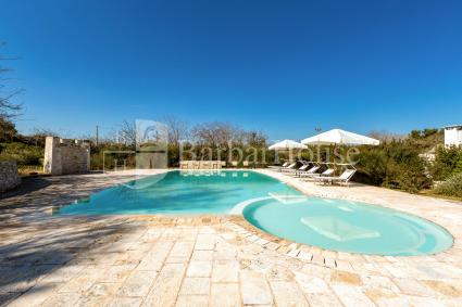 Around the beautiful swimming pool there is a solarium with deck chairs and umbrellas
