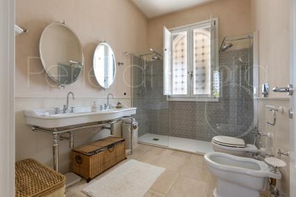 The bathrooms is ideal for 2 guests