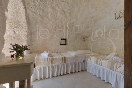 Twin bedroom in the trullo