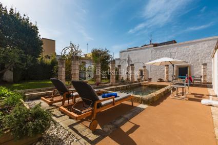 Piscina in giardino con idromassaggio e solarium