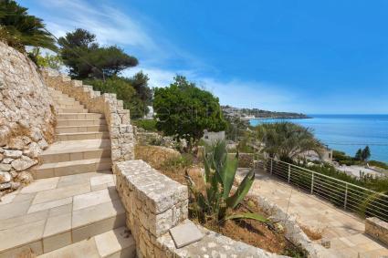 La scalinata panoramica porta alla villa (circa 50 metri)